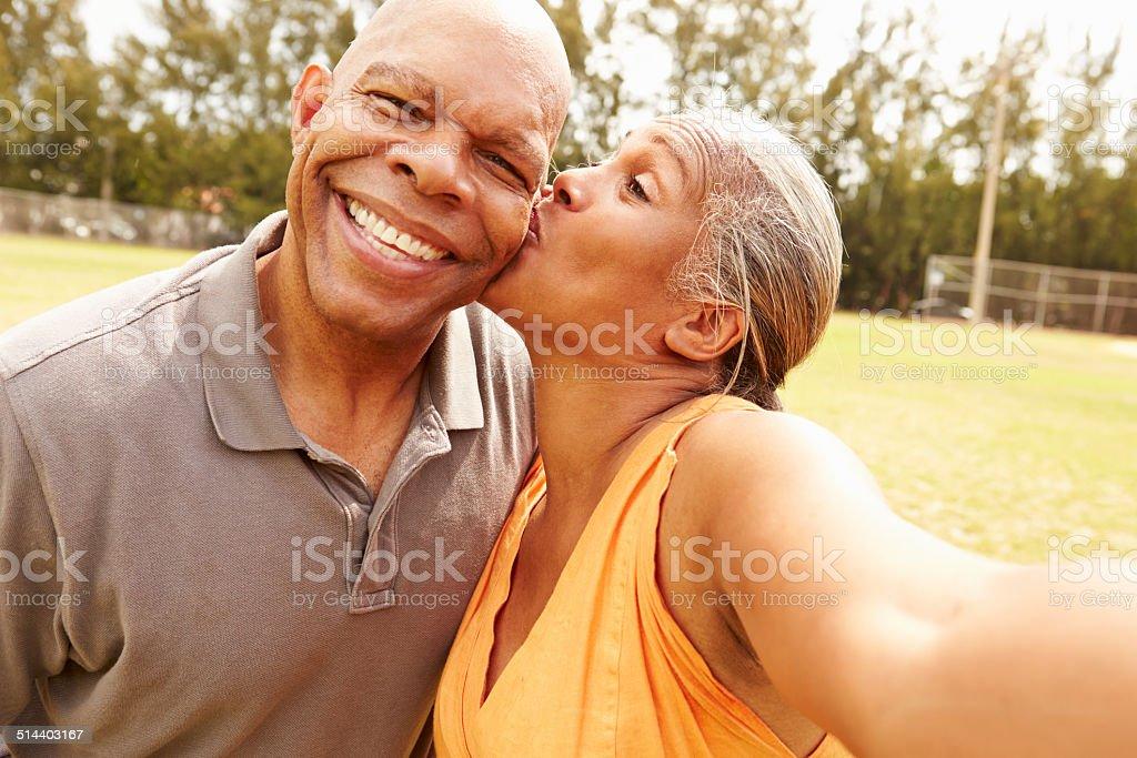 Romantique Couple Senior prenant Selfie dans le parc - Photo