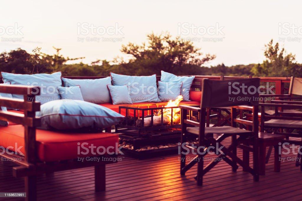 Entorno Romántico En Una Terraza De Madera Con Chimenea Y