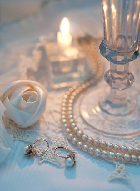 romantische stillleben - ohrringe rose stock-fotos und bilder
