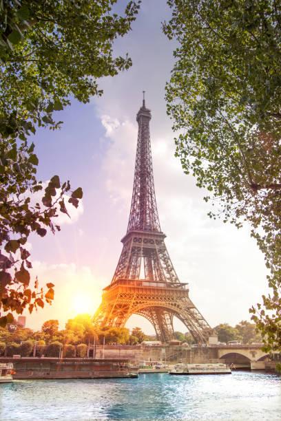 romantischer sonnenuntergang hintergrund - paris sommer stock-fotos und bilder