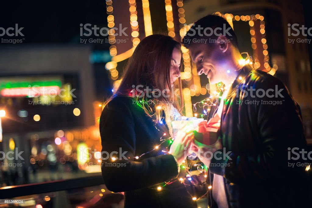 Cadeau De Noel Romantique Pour Homme.Photo Libre De Droit De Surprise Romantique Pour Noël La