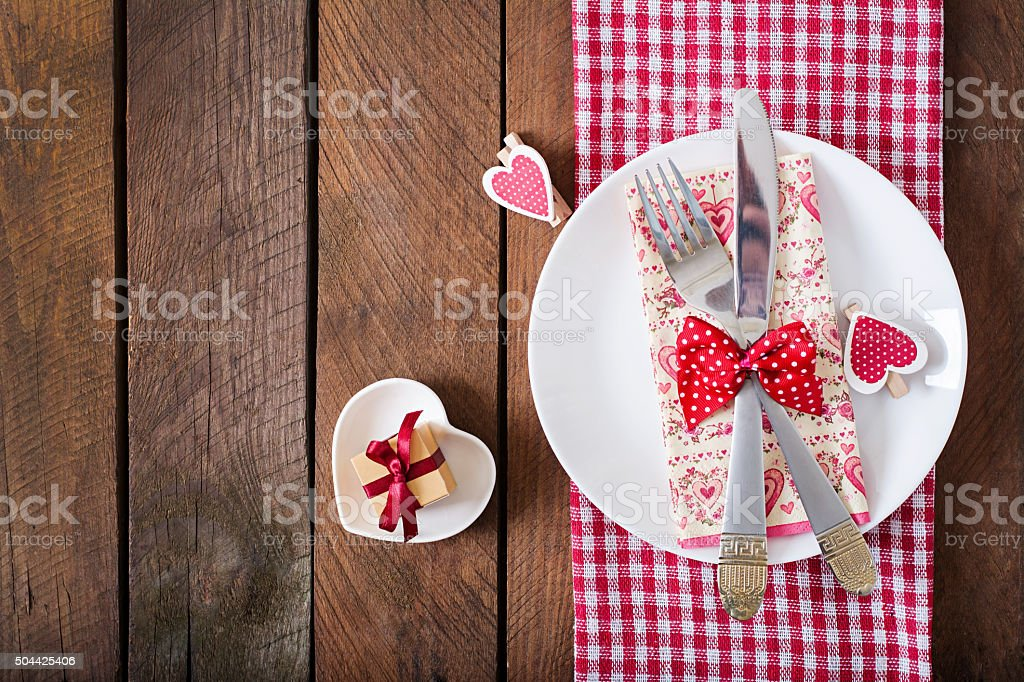 Mesa romántica para el día de San Valentín en un rústico. - Foto de stock de Alimento libre de derechos