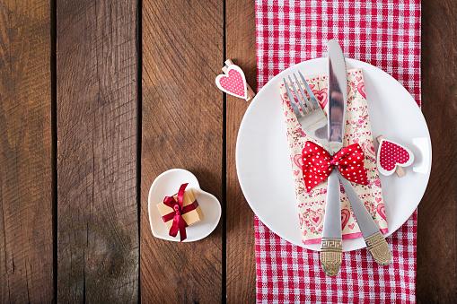 Mesa Romántica Para El Día De San Valentín En Un Rústico Foto de stock y más banco de imágenes de Alimento