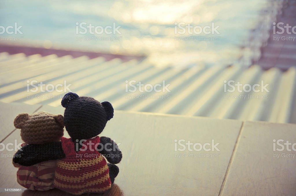 Osos de peluche romántica vista al paisaje marino - foto de stock