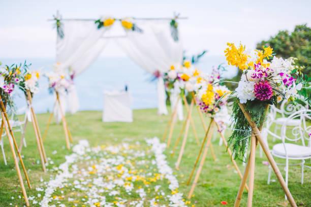 ロマンチックな結婚式の芝生の海の景色。 - 結婚式 ストックフォトと画像