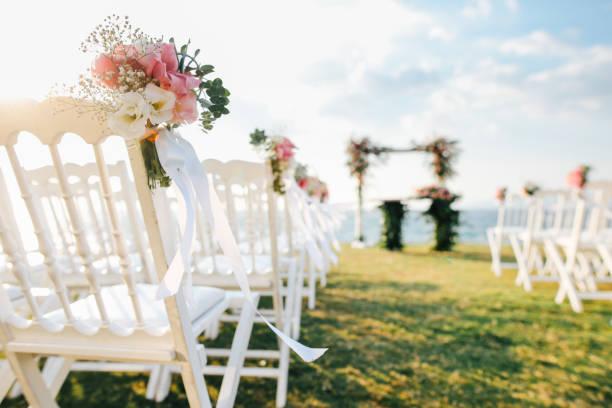 romantische hochzeitsfeier - verlobung was schenken stock-fotos und bilder