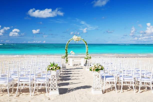 einstellung der romantische hochzeit am strand - hochzeitsreise ohne mann stock-fotos und bilder