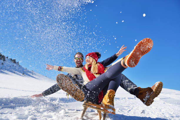 ロマンチックな冬景色、冬休暇、山の自然の風景に新鮮なショーで楽しんで幸せな若いカップル - 冬 ストックフォトと画像