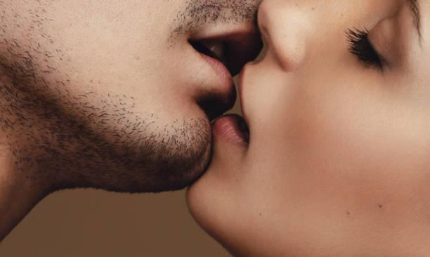 Romantische junge paar küssen – Foto