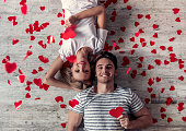 ロマンチックな若いカップル
