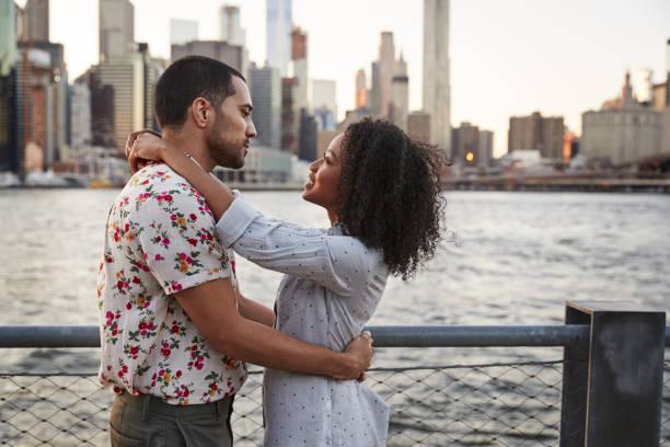 romantische junges paar mit manhattan skyline im hintergrund - schwarze romantik stock-fotos und bilder