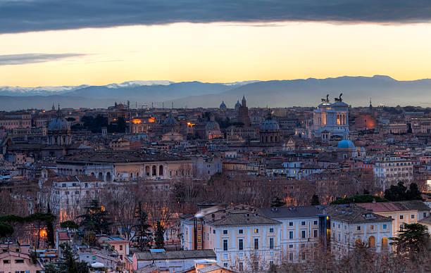 roma all'alba hdr (high dynamic range - rome road central view foto e immagini stock