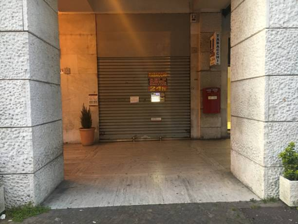 Rome, Italy 04 04 2020: Tobacconist closed for lockdown due to Coronavirus in Rome - foto stock