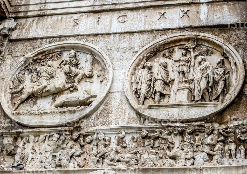 Roma, Itália - 13/08/2012 - Roma, Itália - Romun Fórum - arco de Constantino rodada alívio detalhe - foto de acervo