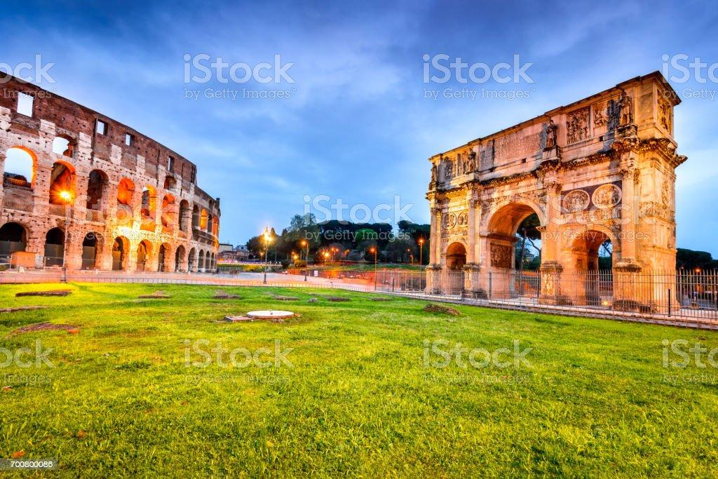 Roma, Itália - Coliseu e arco de Constantino - foto de acervo