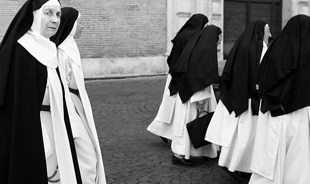 rome, italy: group of nuns in traditional habit (b&w) - hermana fotografías e imágenes de stock