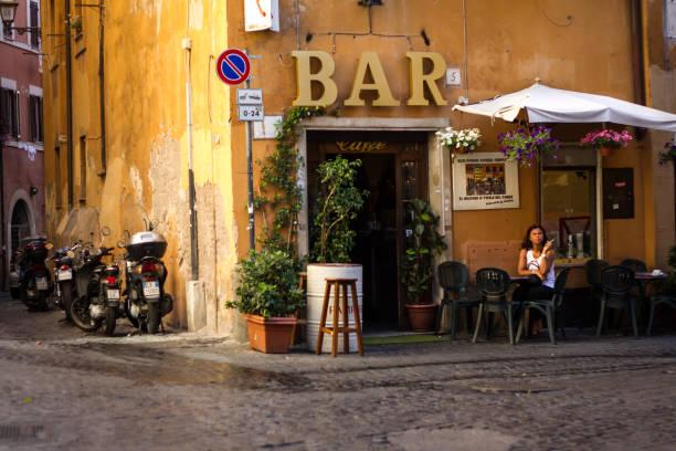 rom, italien: frau sitzt draußen kaffee bar rauchen - italienischer abstammung stock-fotos und bilder