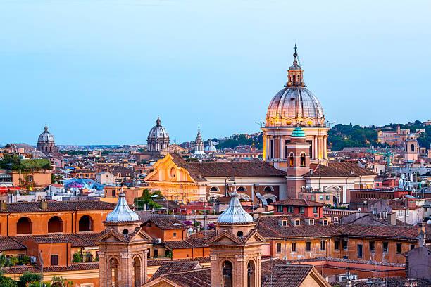 Rom skyline mit Kirche Kuppeln in der Dämmerung, Italien – Foto