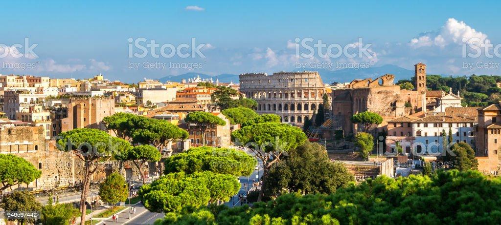 Horizonte de Roma con el Coliseo y foro romano, Italia - Foto de stock de Aire libre libre de derechos