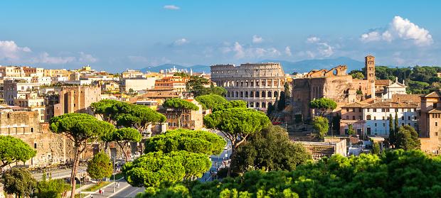 Horizonte De Roma Con El Coliseo Y Foro Romano Italia Foto de stock y más banco de imágenes de Aire libre