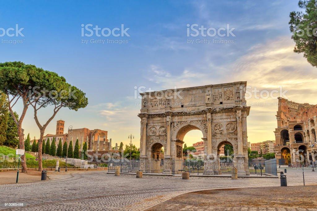 Horizonte da cidade de Roma ao nascer do sol no arco de Constantino, Roma, Itália - foto de acervo