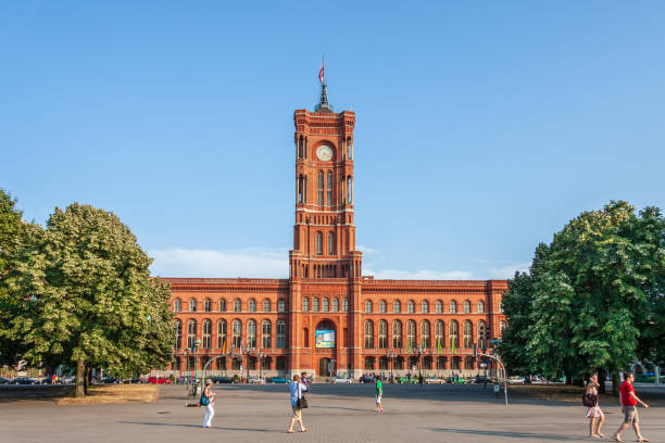Rood stadhuis in Berlijn, Duitsland Berlin, Germany – August 17, 2009: Rotes Rathaus (Red City Hall) on August 21, 2017 in Berlin, Germany. duitsland stock pictures, royalty-free photos & images