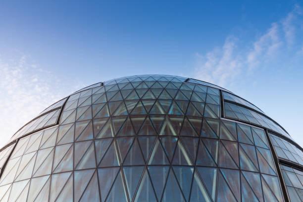 dach-glas-fassade des modernen wolkenkratzers - bogen bauen stock-fotos und bilder