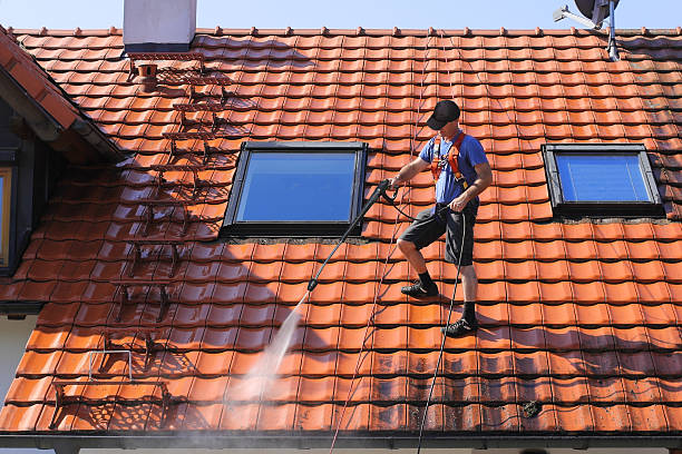 roof cleaning with high pressure - high pressure cleaning stock photos and pictures