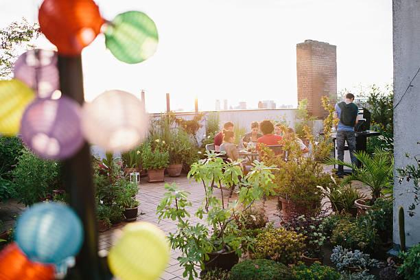 dachgarten, eine gruppe von menschen im hintergrund - dachgarten stock-fotos und bilder