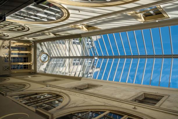 Dachglafelgen im Detail der Passage Choiseul in Paris – Foto