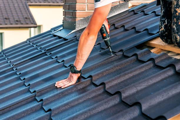 dak master met elektrische schroevendraaier - dak stockfoto's en -beelden