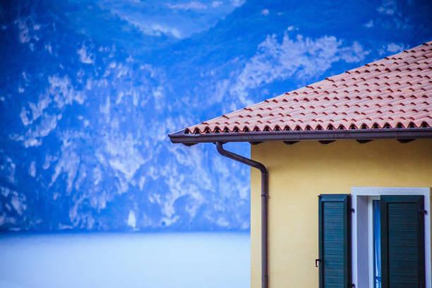 dach eines italienischen hauses, rote schindeln - ferienhaus am gardasee stock-fotos und bilder