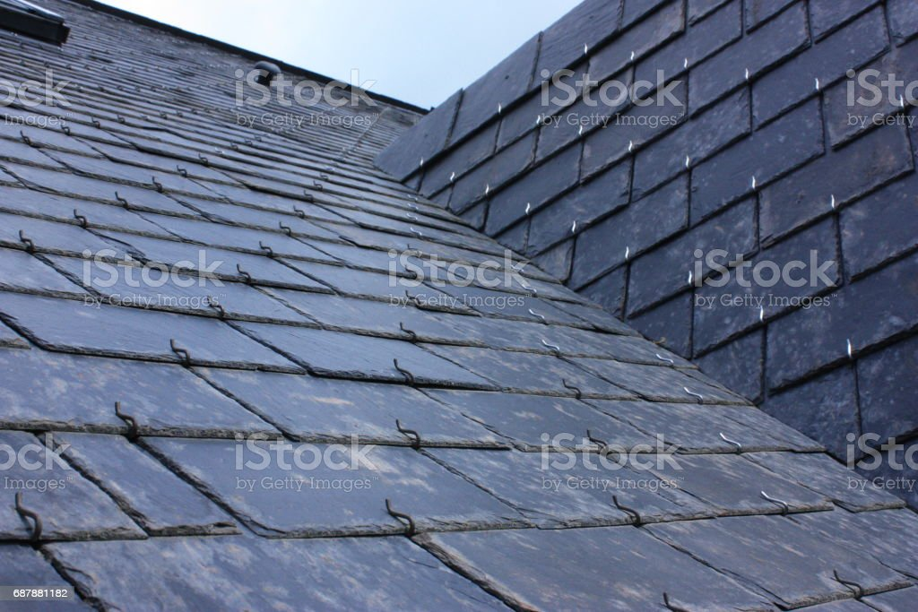 Dach des Hauses in Schieferplatten Lizenzfreies stock-foto
