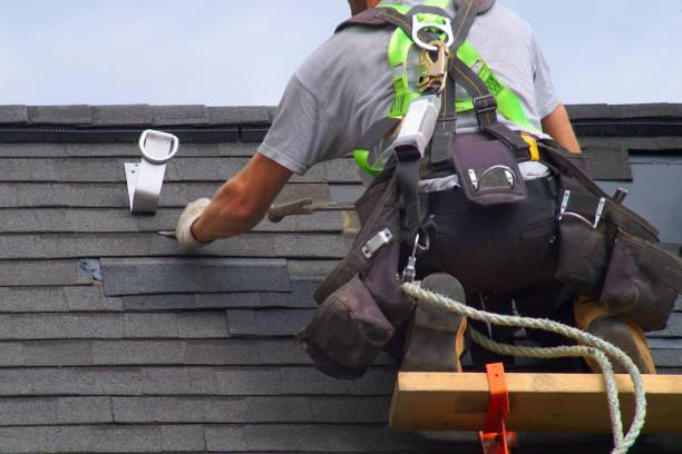 remont dachu pracownik budowlany dekarz człowiek dachowanie lina bezpieczeństwa - naprawiać zdjęcia i obrazy z banku zdjęć