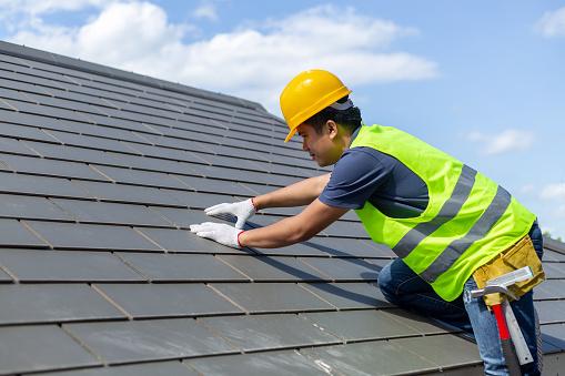 지붕 수리 교체 회색 타일 또는 집에 대상 포진 배경 및 복사 공간으로 푸른 하늘 흰 장갑과 함께 노동자 지붕지붕 타일 취재에 서 있는 건설 노동자 DIY에 대한 스톡 사진 및 기타 이미지