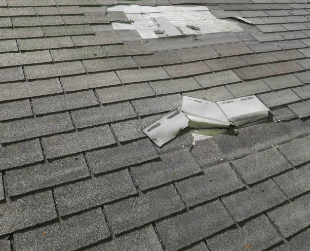 daño por granizo de tejas en el techo - dañado fotografías e imágenes de stock