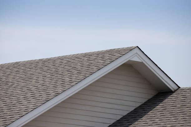 dachschindeln auf dem dach gegen blauen himmel mit wolken, dunkle asphaltziegel auf dem dachgrund - gürtelrose stock-fotos und bilder