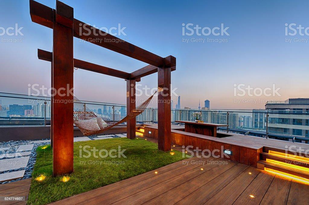 Dachterrasse mit Hängematte auf einem sonnigen Tag - Lizenzfrei Abenddämmerung Stock-Foto