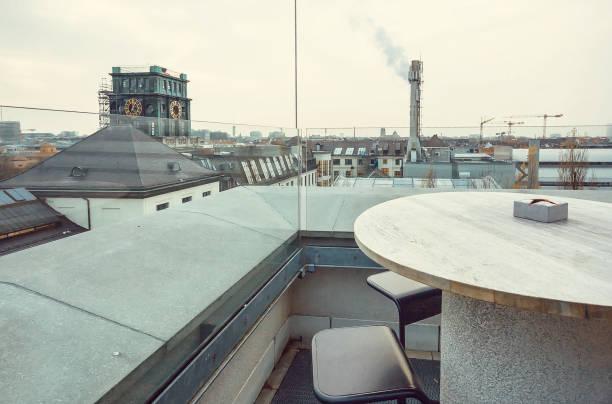 top dachcafé im stadtgebiet der stadt mit fabrik-röhre und andere strukturen - top restaurants münchen stock-fotos und bilder