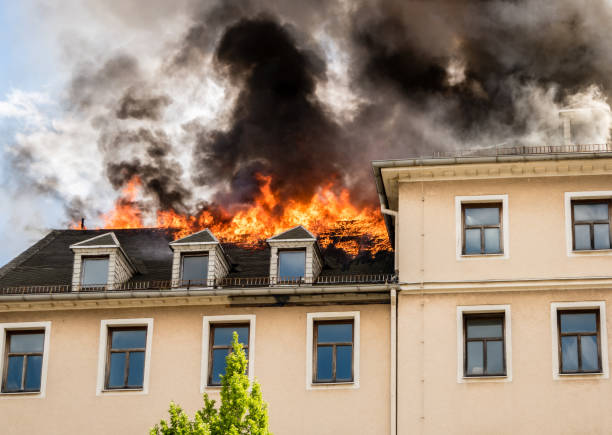 roof truss in flames - danneggiato foto e immagini stock