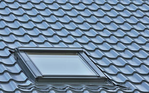 dach fenster grauen fliesen auf dem dach, loft oberlicht hintergrund, roofing muster - dachschräge einrichten stock-fotos und bilder