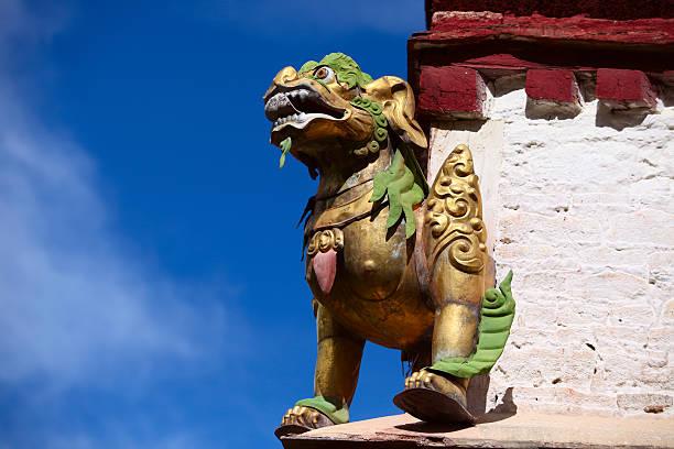 En el último piso con un dragón en el Tíbet. - foto de stock