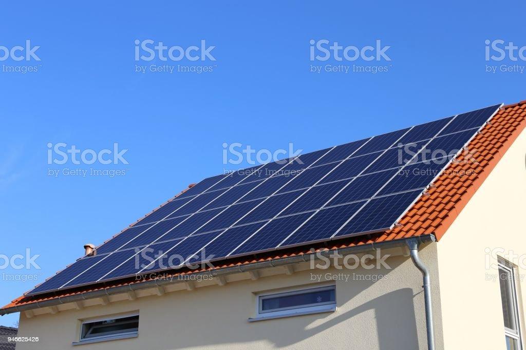 Mit Solarzellen auf dem Dach – Foto