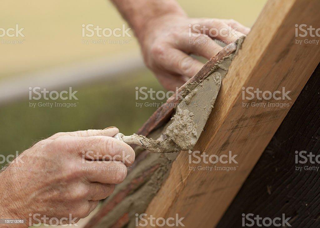Costruttore di tetti si applica a bordo piastrelle da tetto in