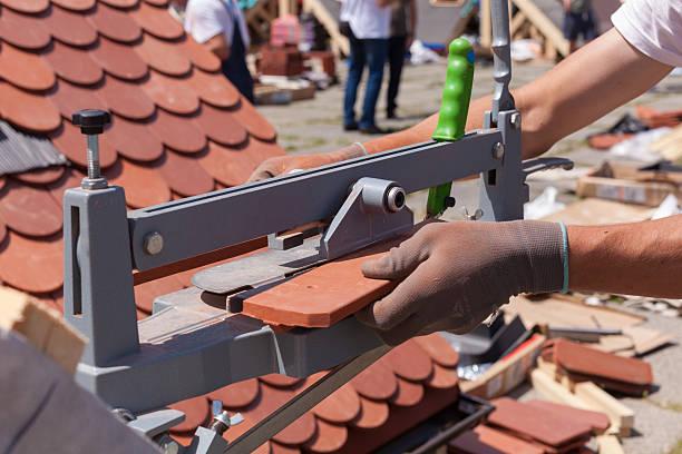 roofer builder worker use tile cutter - keramik fliesen handwerk stock-fotos und bilder