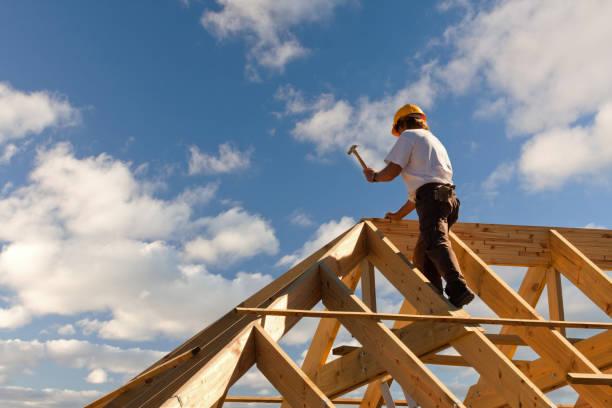 roofer carpenter working on roof – Foto