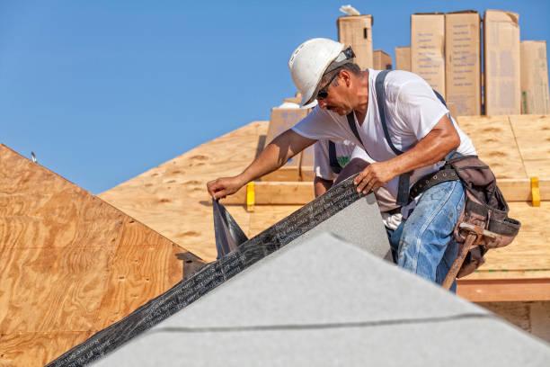 dakdekker tranen uit beschermkap van underlayment op een nieuw dak - membraan stockfoto's en -beelden