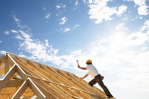 지붕 구조에 건설 현장에서 일 하는 지붕 작업자 작성기 개발에 대한 스톡 사진 및 기타 이미지