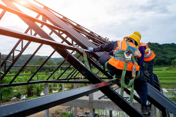 roofer worker in uniforme protettiva usura e guanti - costruire foto e immagini stock