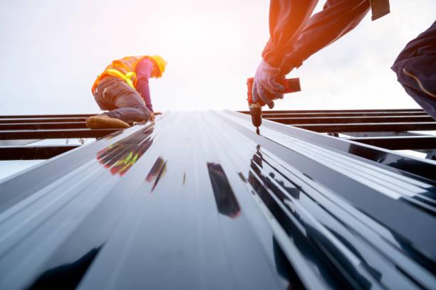 lavoratore del roofer in uniforme protettiva usura e guanti, concetto di edificio residenziale in costruzione. - costruire foto e immagini stock